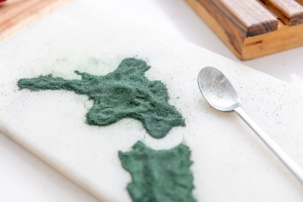 Spirulina powder and teaspoon